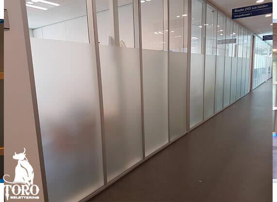 Witte anti inkijk raamfolie in kantoorruimte