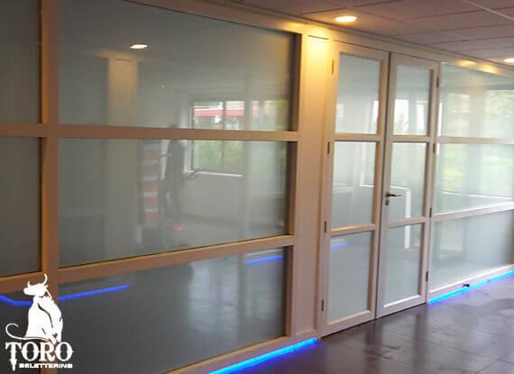 anti inkijk raamfolie in kantoor ruimte
